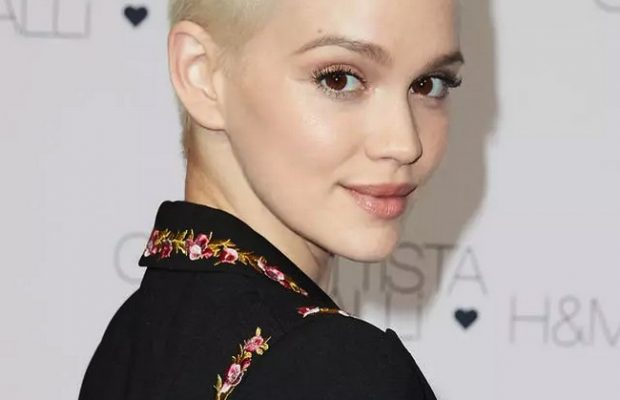 Emilia-Schule-Raspy-Short-Blonde-Haircut